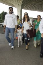 Aishwarya Rai Bachchan,Abhishek Bachchan snapped at airport on 28th Dec 2016 (96)_5864baf73dce2.JPG