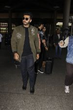Arjun Kapoor snapped at airport on 28th Dec 2016 (32)_5864bb276aef4.JPG