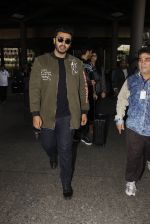 Arjun Kapoor snapped at airport on 28th Dec 2016 (33)_5864bb27f2e1d.JPG