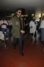 Arjun Kapoor snapped at airport on 28th Dec 2016 (56)_5864bb2d1a572.JPG