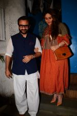 Saif Ali Khan, Kareena Kapoor snapped on 28th Dec 2016 (21)_5864bb90c4528.JPG