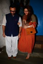 Saif Ali Khan, Kareena Kapoor snapped on 28th Dec 2016 (22)_5864bba891411.JPG