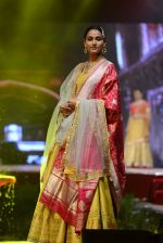 Model at Anju Modi Luxury Festive 2017 collection on 29th Dec 2016 (21)_586605f38272c.JPG