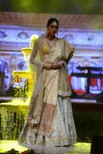 Model at Anju Modi Luxury Festive 2017 collection on 29th Dec 2016 (7)_586605eb69925.JPG