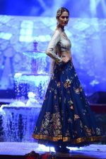 Model at Anju Modi Luxury Festive 2017 collection on 29th Dec 2016 (81)_586606182443e.JPG