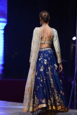 Model at Anju Modi Luxury Festive 2017 collection on 29th Dec 2016 (82)_58660618aa985.JPG