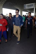 Varun Dhawan snapped at airport on 29th Dec 2016 (17)_586604a30c6c1.JPG