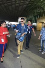 Varun Dhawan snapped at airport on 29th Dec 2016 (19)_586604a442e9e.JPG