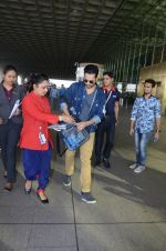 Varun Dhawan snapped at airport on 29th Dec 2016 (20)_586604a4d6393.JPG