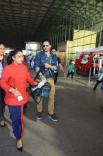Varun Dhawan snapped at airport on 29th Dec 2016 (23)_586604a6e2a76.JPG