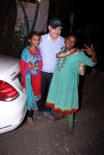 Anupam Kher snapepd with street kids on 30th Dec 2016 (7)_5867528d71a84.JPG