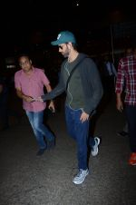 Hrithik Roshan snapped at airport on 30th Dec 2016 (20)_58675255a6edc.JPG