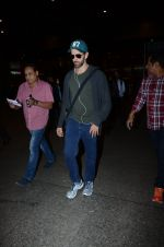 Hrithik Roshan snapped at airport on 30th Dec 2016 (23)_5867525909d42.JPG