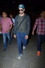 Hrithik Roshan snapped at airport on 30th Dec 2016 (24)_5867525a1d0a1.JPG