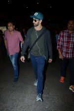 Hrithik Roshan snapped at airport on 30th Dec 2016 (25)_5867525b14641.JPG