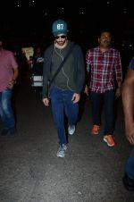 Hrithik Roshan snapped at airport on 30th Dec 2016 (28)_5867525e1f307.JPG