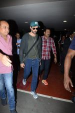 Hrithik Roshan snapped at airport on 30th Dec 2016 (32)_58675261cab37.JPG