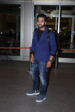 Jackky Bhagnani snapped at airport on 30th Dec 2016 (35)_5867525fbeea9.JPG