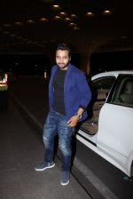 Jackky Bhagnani snapped at airport on 30th Dec 2016 (37)_586752614afd7.JPG