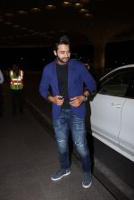 Jackky Bhagnani snapped at airport on 30th Dec 2016 (38)_58675261e3463.JPG