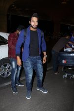Jackky Bhagnani snapped at airport on 30th Dec 2016 (42)_5867526486f16.JPG
