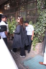 Kareena Kapoor out on lunch on 30th Dec 2016 (8)_586752ccbf3cc.JPG