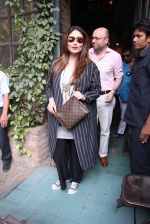 Kareena Kapoor out on lunch on 30th Dec 2016 (9)_586752cda26fd.JPG
