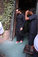 Saif Ali Khan out on lunch on 30th Dec 2016 (7)_586752d7b5ec9.JPG