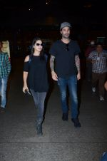 Sunny Leone snapped at airport on 30th Dec 2016 (22)_58675271393a3.JPG