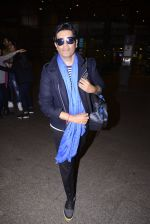 Manish Malhotra snapped at airport on 1st Jan 2016 (20)_5869f6fc49690.JPG