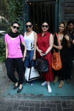 Karisma Kapoor, Kareena Kapoor, Malaika Arora Khan, Amrita Arora snapped in Mumbai on 7th Jan 2017 (10)_5872400049b9b.JPG