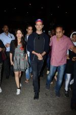 Hrithik Roshan and Yami Gautam return from Dubai on 9th Jan 2017 (44)_58735b593e3b2.JPG