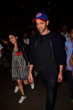 Hrithik Roshan and Yami Gautam return from Dubai on 9th Jan 2017 (53)_58735b380c472.JPG