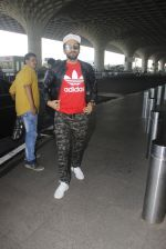 Ayushmann Khurrana snapped at airport on 9th Jan 2017 (37)_58748019dd956.JPG