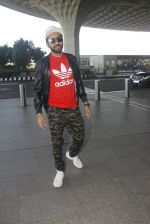 Ayushmann Khurrana snapped at airport on 9th Jan 2017 (49)_587480242e396.JPG