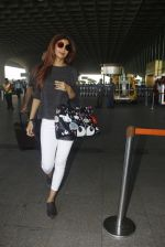 Shilpa Shetty snapped at airport on 9th Jan 2017 (22)_5874804ec548a.JPG
