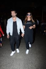 Bipasha Basu, Karan Singh Grover snapped at airport on 10th Jan 2017 (22)_587606dfd811c.JPG