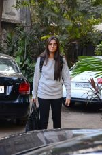 Sonam Kapoor snapped with director balki (2)_587605b484373.jpg