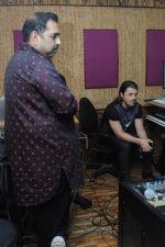DJ Axwell jams with Shankar Ehsan Loy on 11th Jan 2017 (5)_58774689e7ce4.JPG
