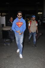 Ayushmann Khurrana snapped at airport on 12th Jan 2017 (3)_58787d98c2d67.JPG