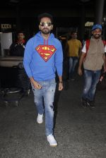 Ayushmann Khurrana snapped at airport on 12th Jan 2017 (4)_58787d9a1067c.JPG