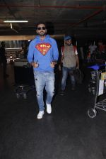 Ayushmann Khurrana snapped at airport on 12th Jan 2017 (7)_58787d9d010c8.JPG