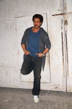 Shah Rukh Khan snapped as he promotes Raees on 12th Jan 2017 (2)_58787f6a560cd.JPG