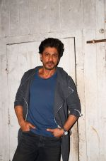 Shah Rukh Khan snapped as he promotes Raees on 12th Jan 2017 (6)_58787f6cafaba.JPG