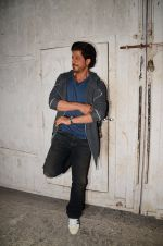 Shah Rukh Khan snapped as he promotes Raees on 12th Jan 2017 (8)_58787f6d4cac6.JPG