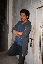 Shah Rukh Khan snapped as he promotes Raees on 12th Jan 2017 (12)_58787f6fbbc7b.JPG