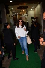 Kajol snapped in Bandra on 13th Jan 2017 (4)_587a1f2e3513e.JPG