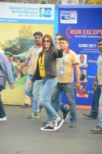 Sonali Bendre at Mumbai Marathon Event in Mumbai on 15th Jan 2017 (29)_587b6ad738d23.JPG