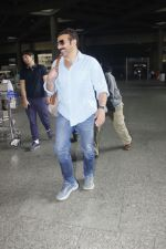 Sunny Deol snapped at airport on 16th Jan 2017 (14)_587db660baa10.jpg