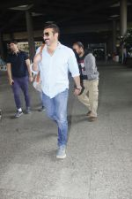 Sunny Deol snapped at airport on 16th Jan 2017 (15)_587db66146c59.jpg